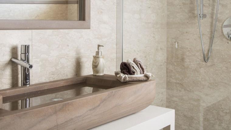 Bagno in marmo Perlato Royal anticato